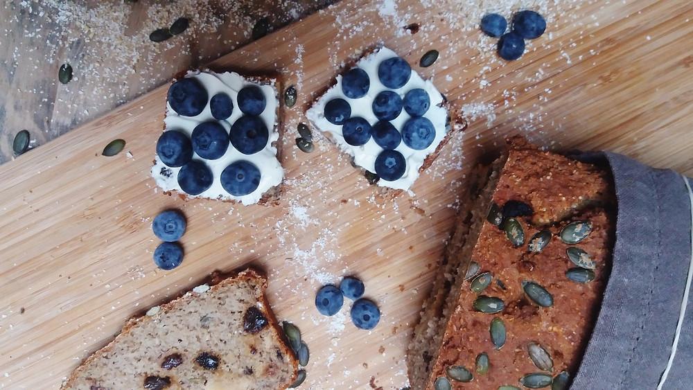 Glutenvrij brood met creamcheese en blauwe bessen