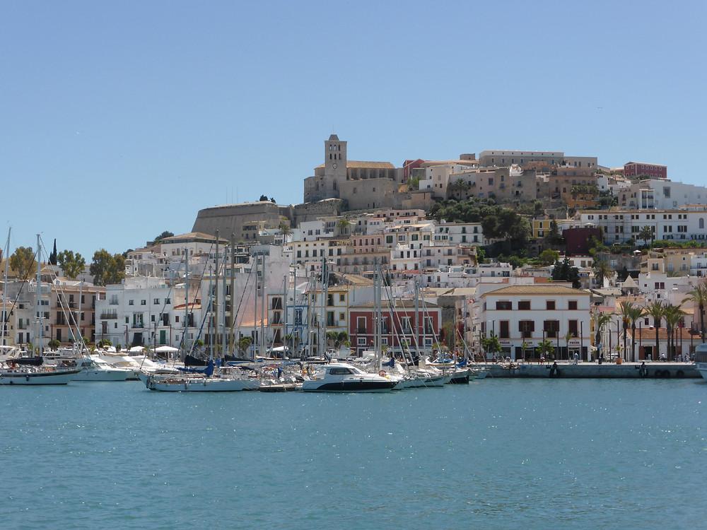 Eivissa vanuit de haven.
