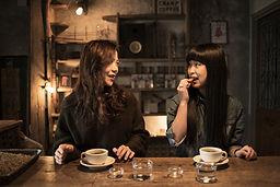 お茶を飲んで日本人の女の子