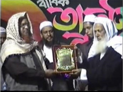 Crest given to Molana Abu Taher Nadvi.