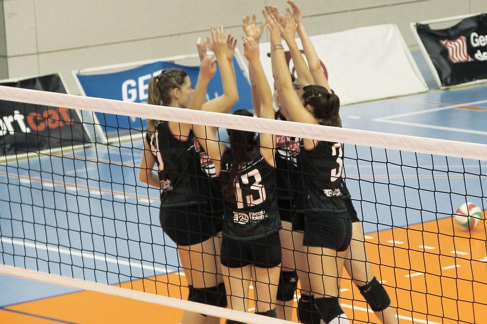 Equipe de vôlei feminino reunida
