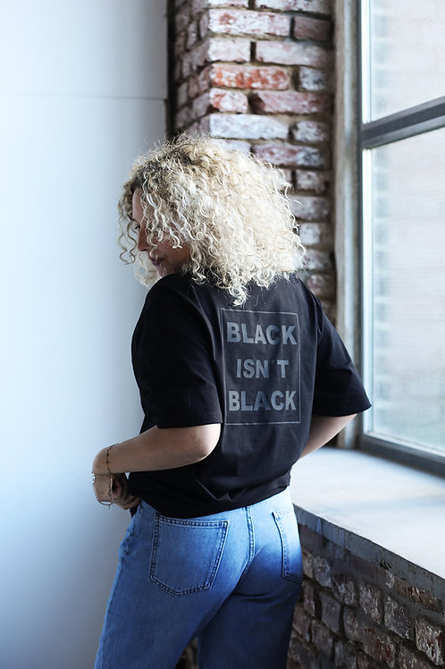 "T-SHIRT ""BLACK ISN'T BLACK"""