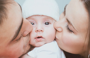 Baby mit Eltern.jpg