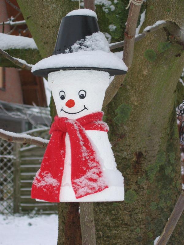 Schneemann aus Tontöpfen