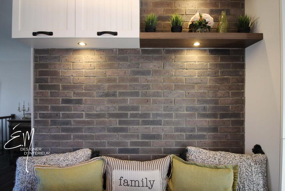 Mur banquette avec mur de briquette