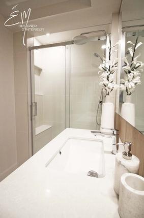 Douche en céramique avec alcôve et banc