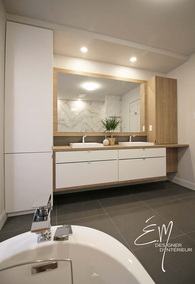 Vanité de salle de bain sur mesure intégrant une chute à linge