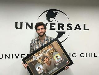 ¡Álvaro recoge dos Discos de Platino con el éxito de Eterno Agosto y Mar de Colores en Chile!