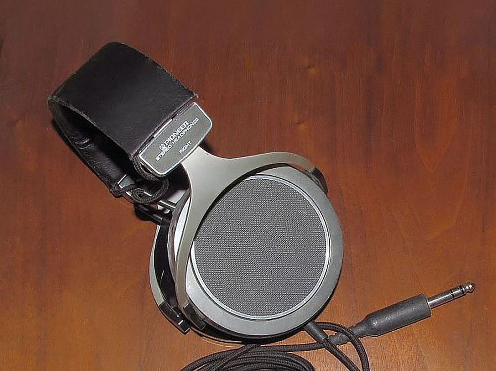 Photo 1: The Pioneer SE700 Headphone was among the first PVDF film headphones on the market.