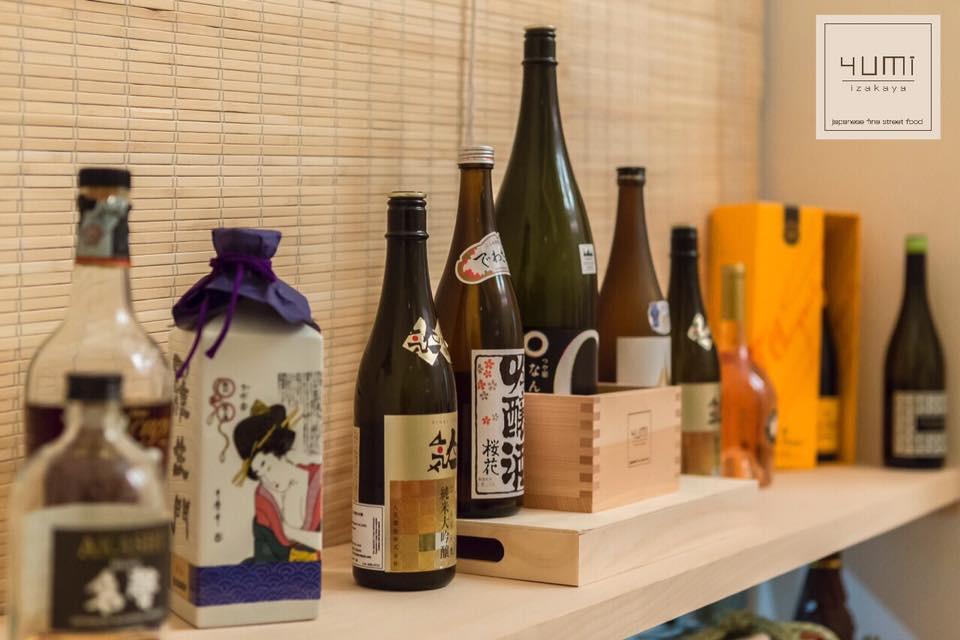 Yumi Izakaya offre una grande selezione di sake proveniente dalle migliori Sakagura giapponesi, oltre alle tradizionali birre nipponiche e i tipici soft drinks tanto amati dal popolo del Sol Levante, varie tipologie di te' e bevande analcoliche.