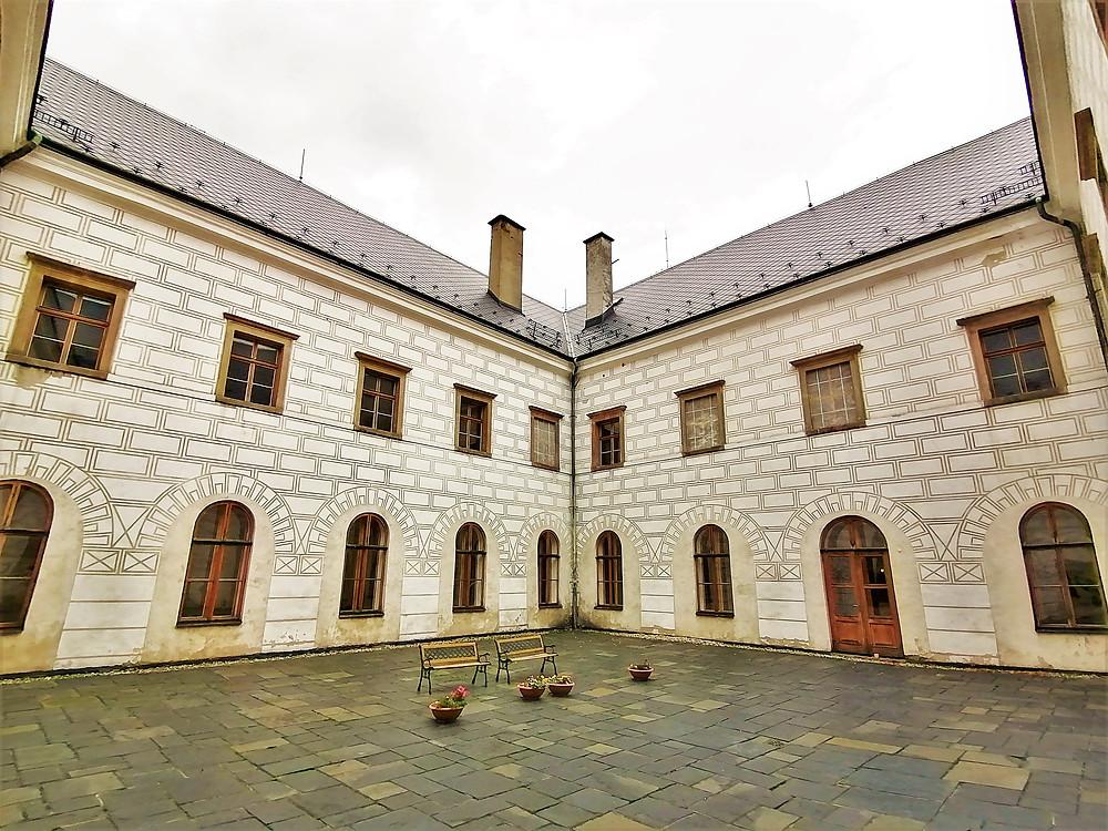 Zámek v Potšátu přišel o svoji renesanční podobu při požáru v roce 1814, následně byl přestavěn v empírovém stylu