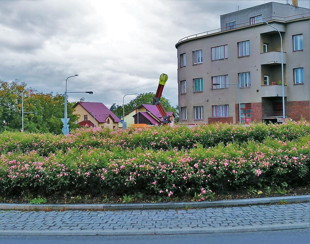 Pocta poslední sirce, tak se jmenuje umělecké dílo, které zdobí jeden z kruhových objezdů v Lipníku nad Bečvou