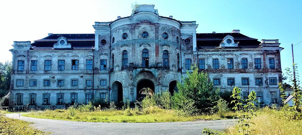 Barokní zámek v Týnci.jpg