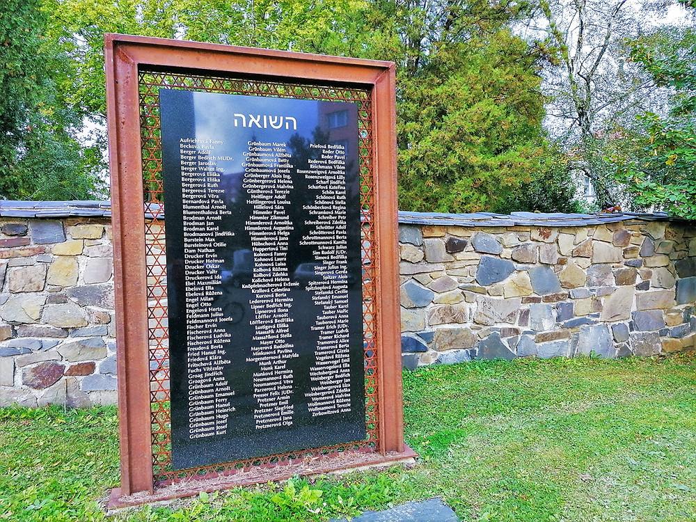 Vzpomínka na 164 lipnických židů, kteří byli deportováni do Terezína; hrůzy holocaustu přežili tři z nich