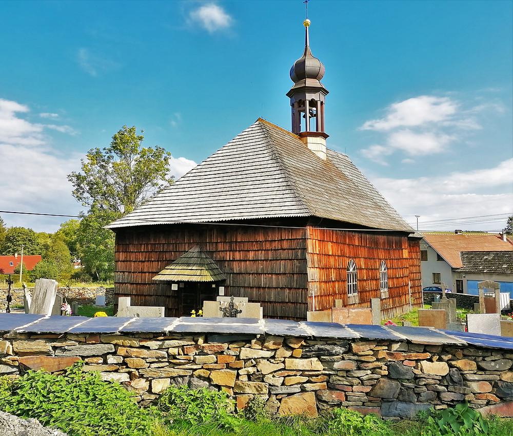 Unikátní u kostela svatého Jana Křtitele v Lipné je i původní nasucho stavěná hřbitovní zeď z první poloviny 18. století