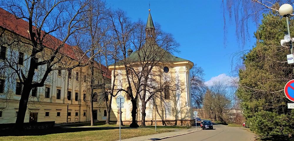 Na budovu Premonstrátského kláštera Hradisko přisedá farní kostel Svatého Štěpána Prvomučedníka s pohřbenými přemyslovskými knížaty