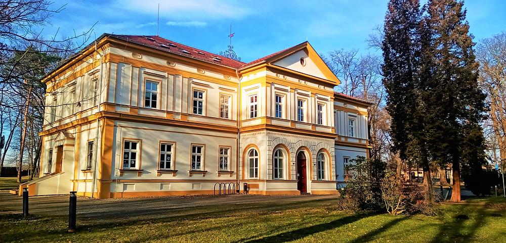 Zimní slunce maluje dlouhé stíny i na Hostavický zámek