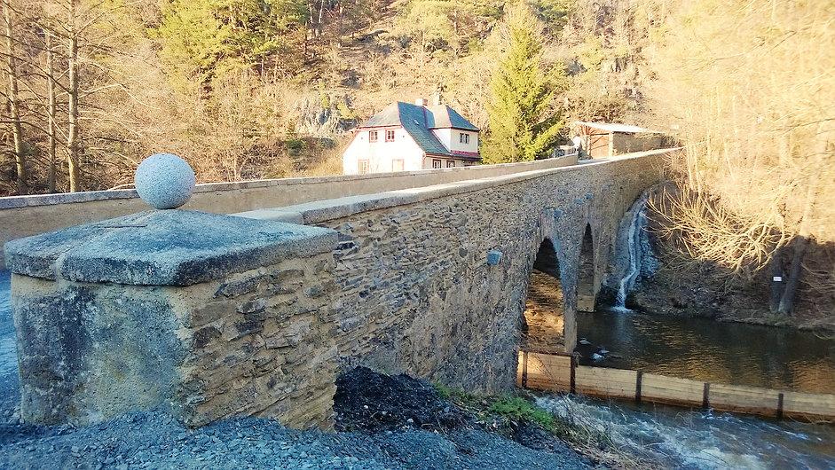 Starý kamenný most v Rabštejně nad Střel