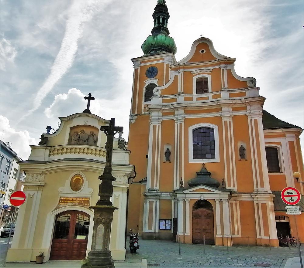 Před kostelem svatého Vavřince v Přerově stojí dnes kaple Panny Marie Sedmibolestné, která byla dříve márnicí