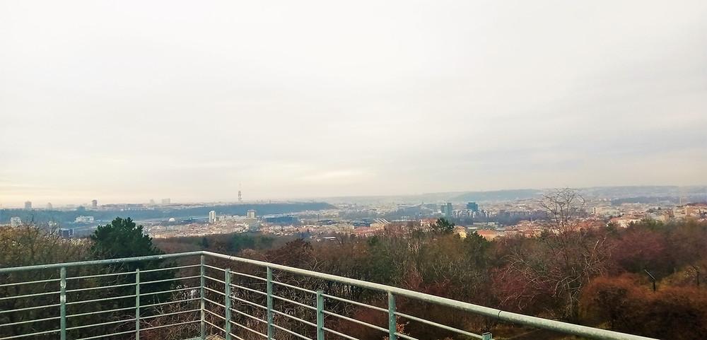 Vyhlídka Prosecké skály otvírá pohled na netradiční části Prahy