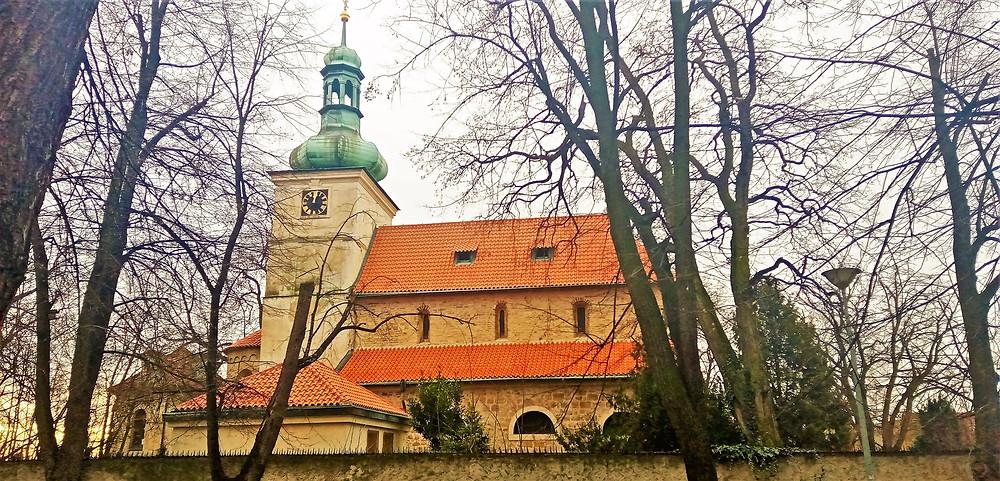 U kostela svatého Václava na Proseku se údajně zastavila družina s ostatky knížete Václava