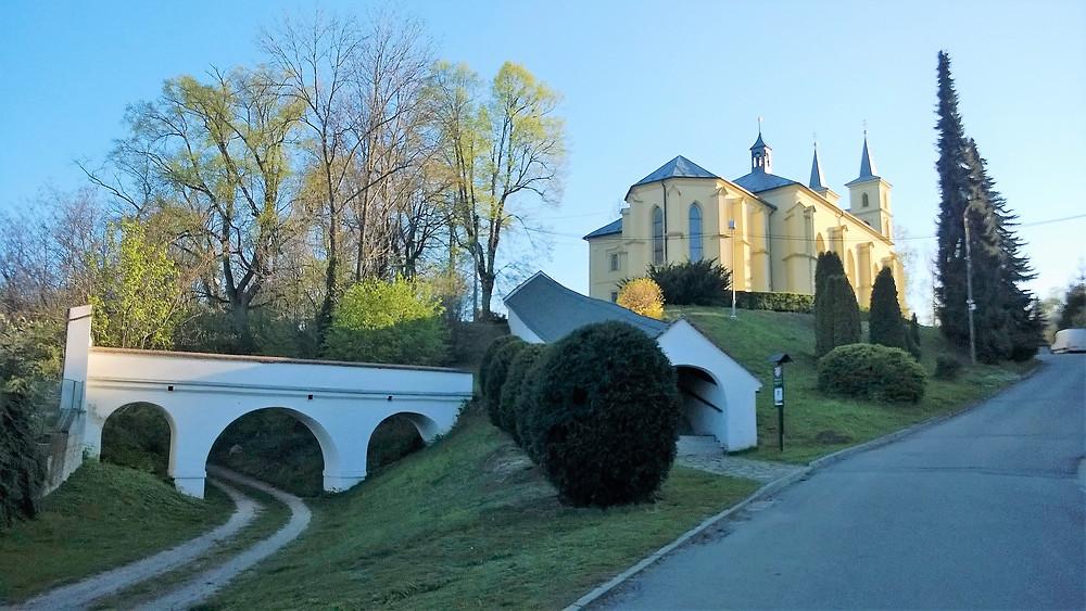Areál kostela svatého Michala v Otaslavicích s krytými schody