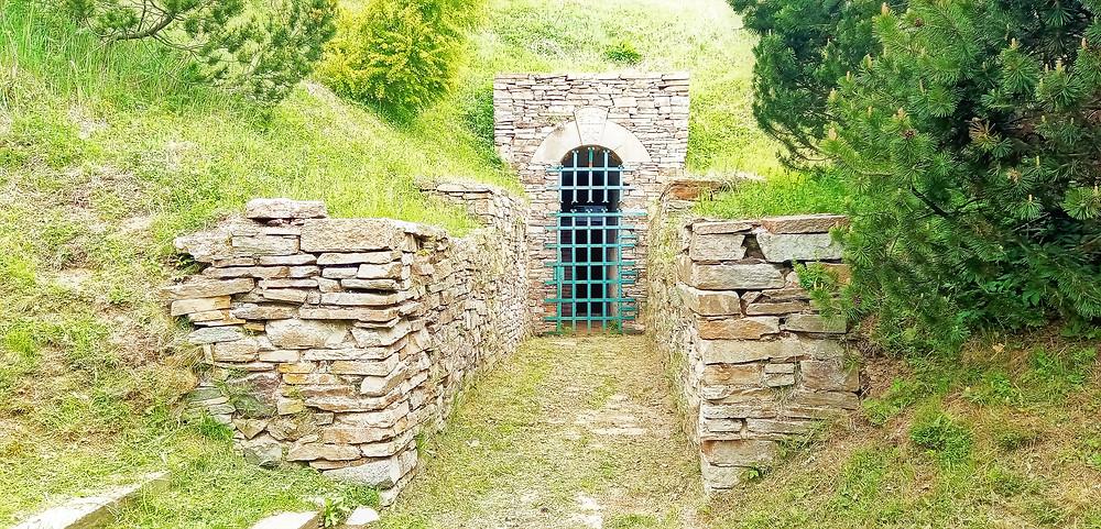 Bývalá štola Marie Pomocné v hornické krajině na vrchu Mědník