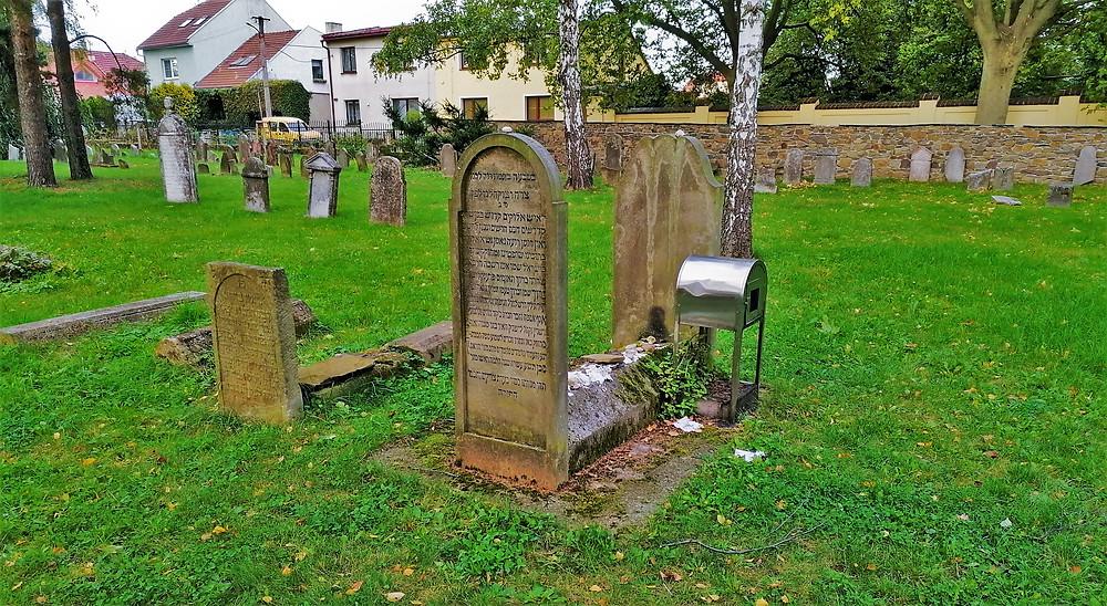 Na starém židovském hřbitově v Lipníku nad Bečvou se nachází i replika původní náhrobní tumby rabína Fränkela