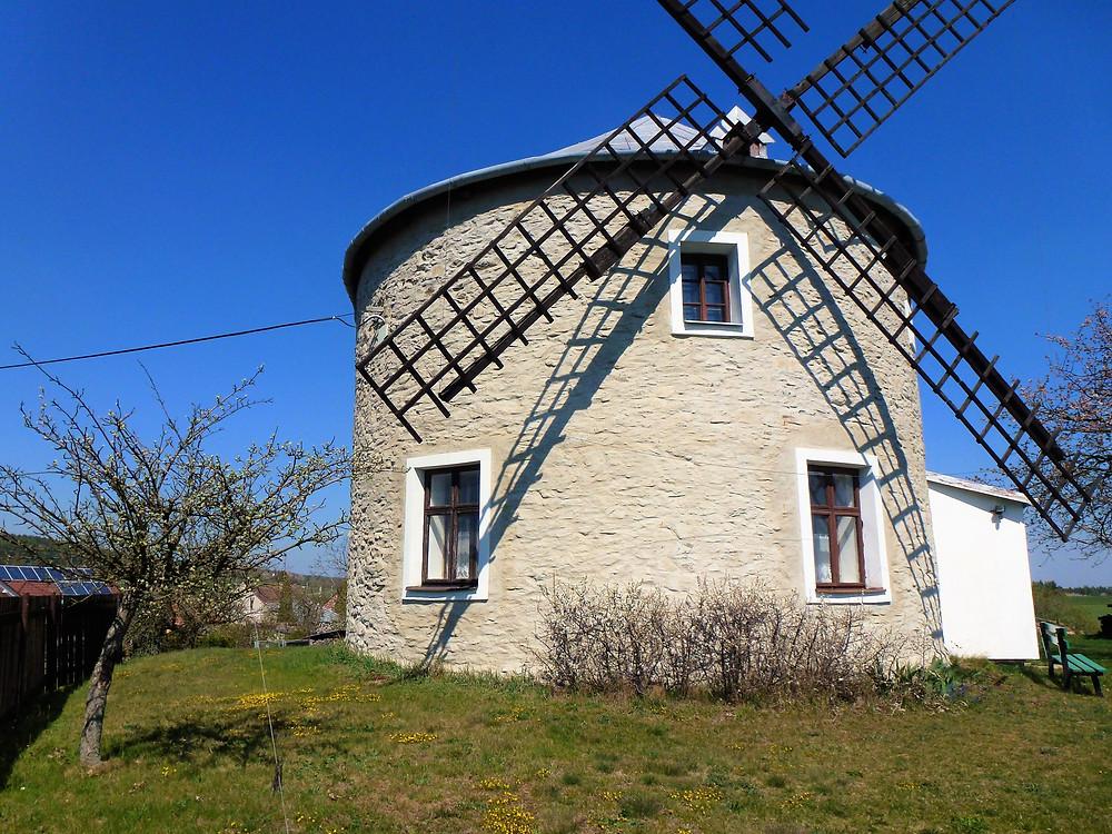 Větrný mlýn v obci Jednov
