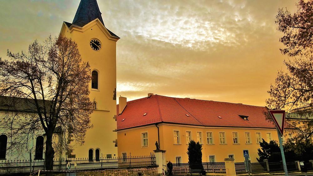 Kostel Nanebevzetí Panny Marie v Dolních Počernicích
