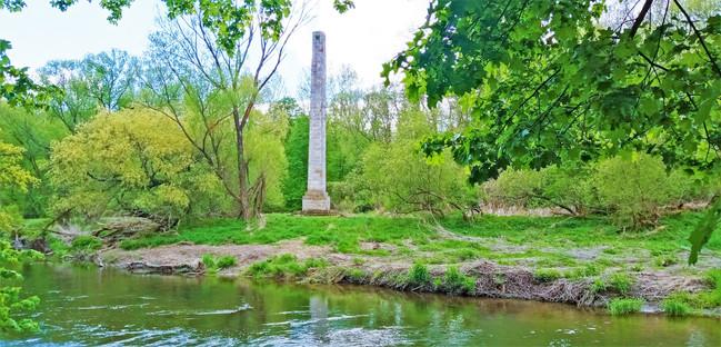 Romantickou stavbu Obelisk vztyčili Lichtenštejnové u zámku Nové Zámky v roce 1808