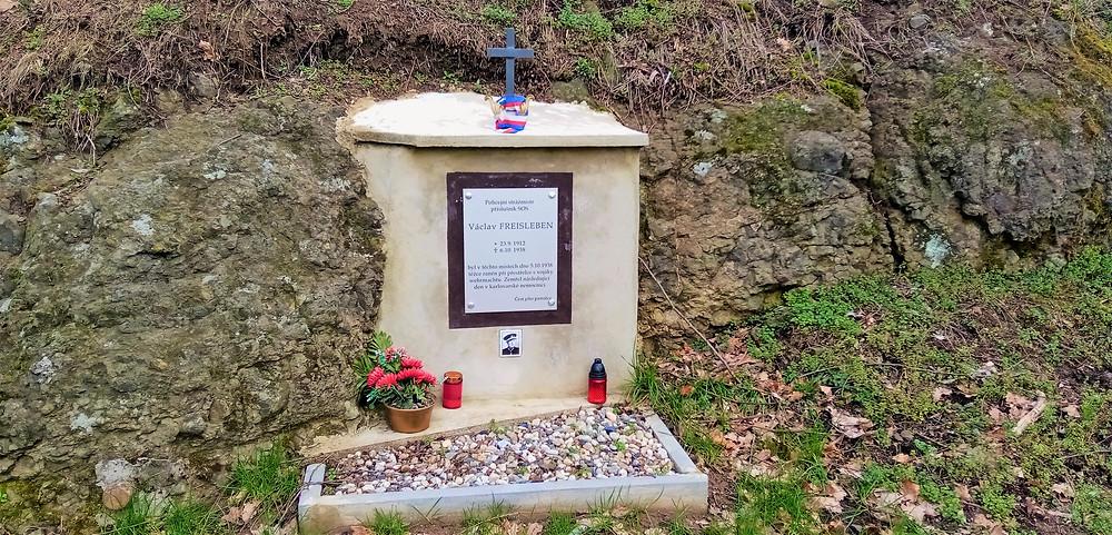 Pomník zavražděného policejního strážníka Václava Freislebena nedaleko Mašťova