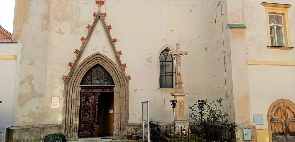 Nejcennější částí kostela svaté Kateřiny v Olomouci je vstupní portál, který byl vybudován před husitskými válkami