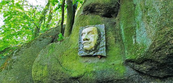 Pamětní deska Petra Bezruče na Petrohradských skalách v PP Háj Petra Bezruče