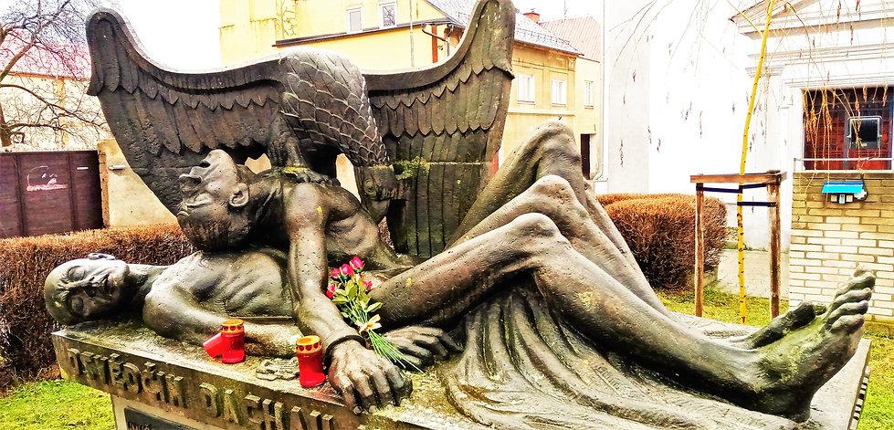 Autorem velice expresivního a emočního památníku obětem koncentračních táborů je sochař Karel Zentner; památník vznikl v roce 1946