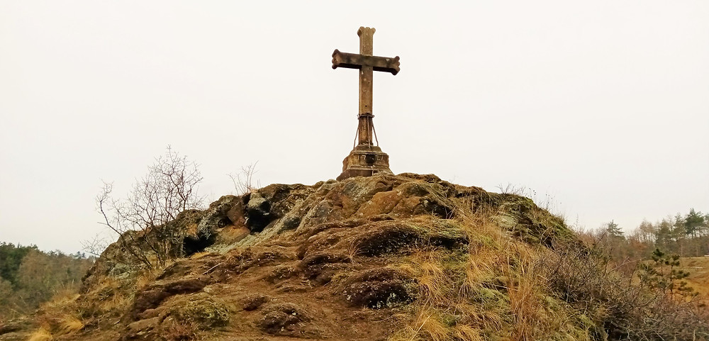 Jižní část Přírodní památky Kalvárie v Motole, na které najdeme místo s pamětním křížem a dalekým výhledem