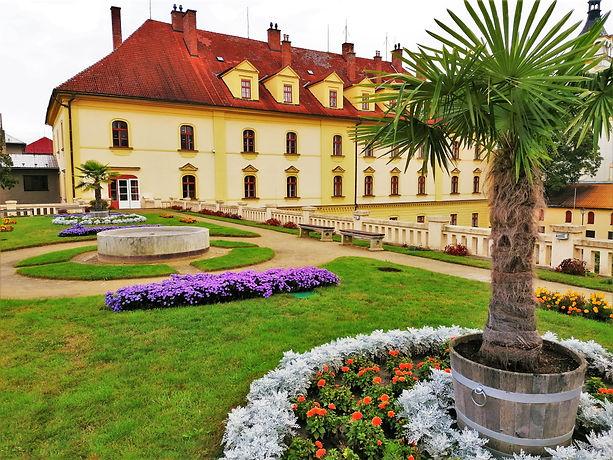Střešní zahrada na budově bývalých zámeckých stájí v Lipníku nad Bečvou pochází z roku 1869 a je dílem stavitele Josefa Zürka