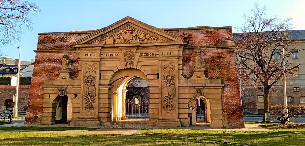 Terezská brána byla součástí městského opevnění; jméno dostala při návštěvě císařovny Marie Terezie v Olomouci v roce 1754