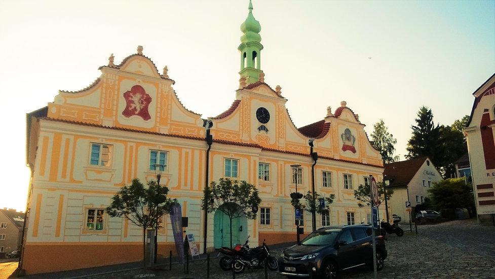 Kašperskohorská radnice za červnového zá