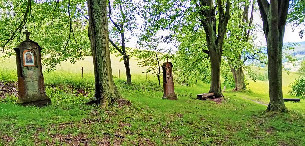 Křížová cesta Božího těla pochází v Bludově z roku 1908, původně zde stály dřevěné kapličky