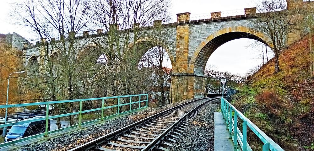 V místě Severozápadního viaduktu se kříží dvě železniční tratě, silnice a Dalejský potok