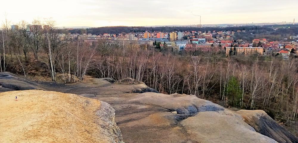 Vyhlídka v PP Cihelna v Bažantnici nabízí velmi kontrastní pohledy na metropoli