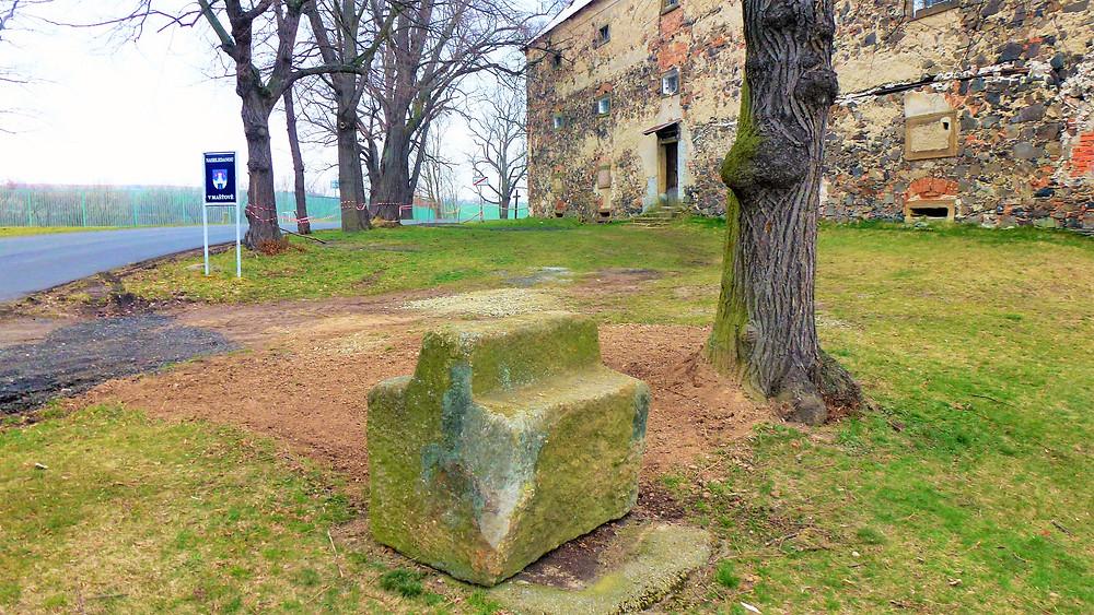 Odpočivný kámen před zámkem v Mašťově