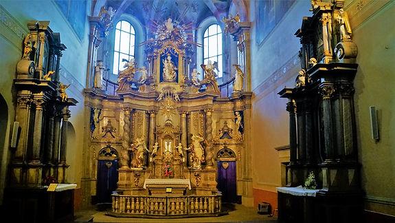 Úchvatná barokní podívaná v hlavní lodi kostela Zvěstování Panně Marii v Šumperku