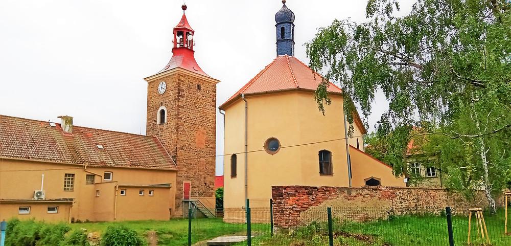 Vzácností je samostatná zvonice kostela svatého Mikuláše v Droužkovicích