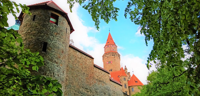 Netradiční pohled na věž bouzovského hradu