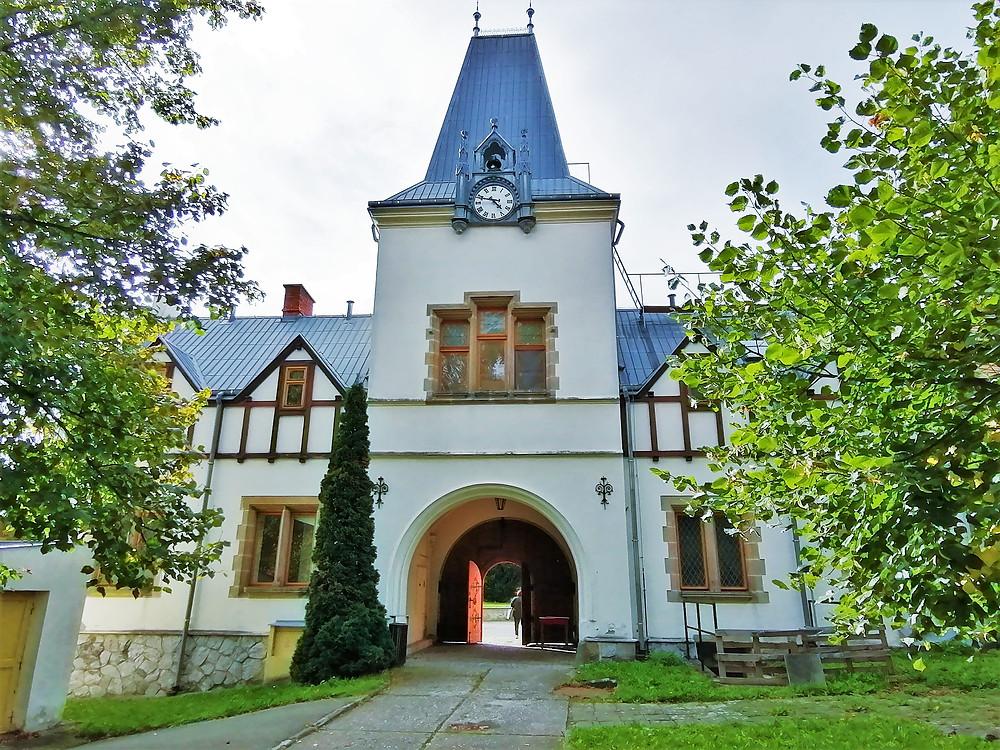 Pseudogotická hodinová věž zámku Pavlovice u Přerova