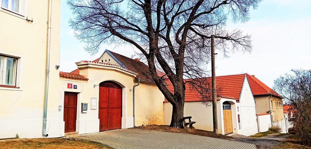 I zákoutí před stodůleckou farou je součástí Vesnické památkové rezervaci ve Stodůlkách