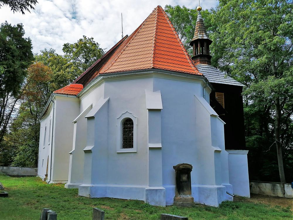 Unikátní dřevěná zvonice dělá z kostela svatého Martina ve Velemyšlevsi památku nadregionálního významu