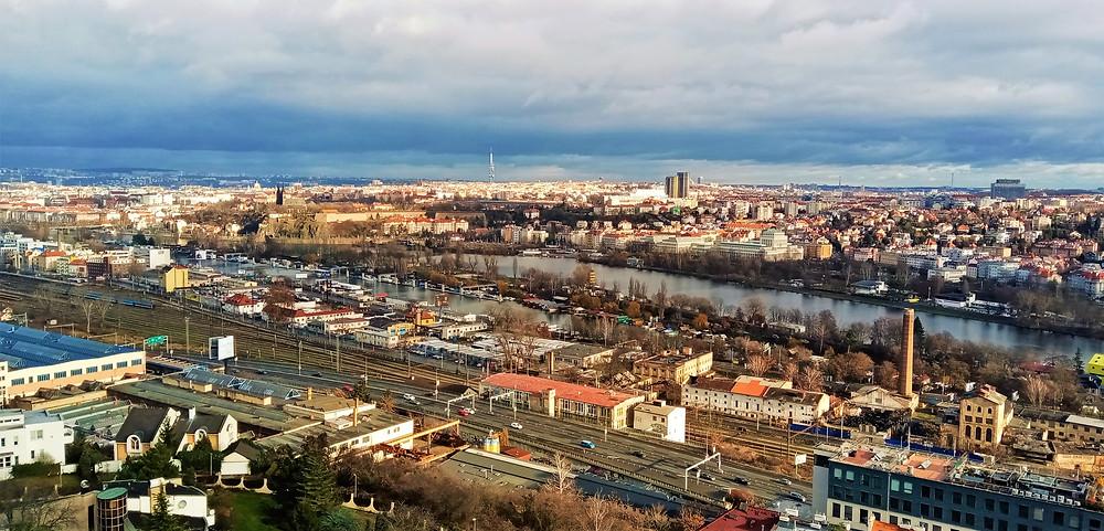 Jižní část Smíchovského nádraží a ostrov Císařská louka při pohledu z PP Ctirad